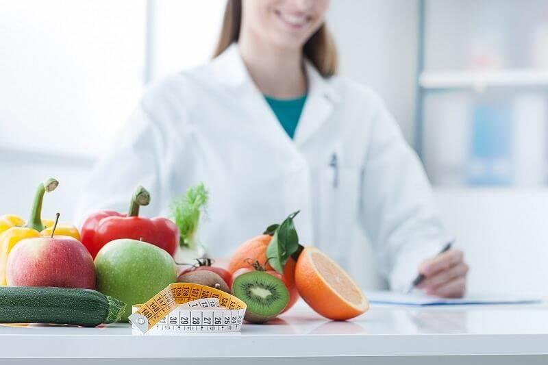 Acudir al nutricionista para empezar una dieta.