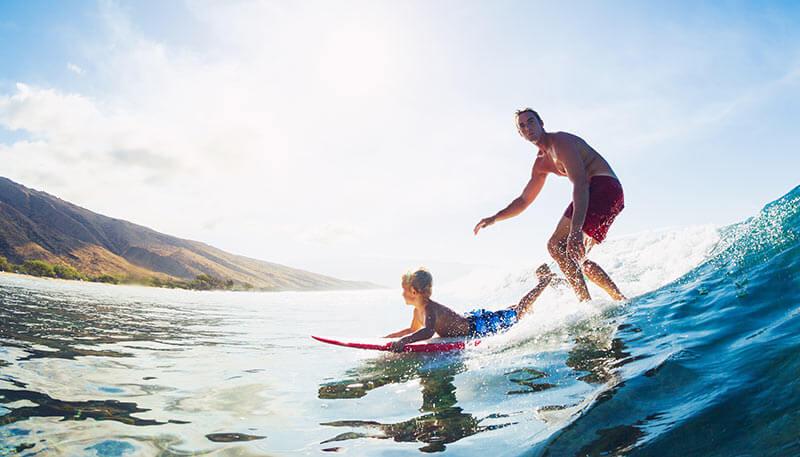 Padre e hijo haciendo surf