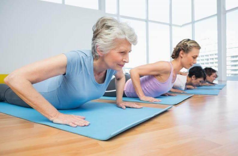 Personas de diferentes edades haciendo Pilates.
