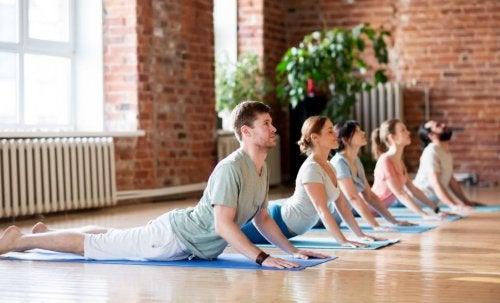 Grupo-haciendo-Pilates-ejercicios-de-estiramiento-y-relajacion