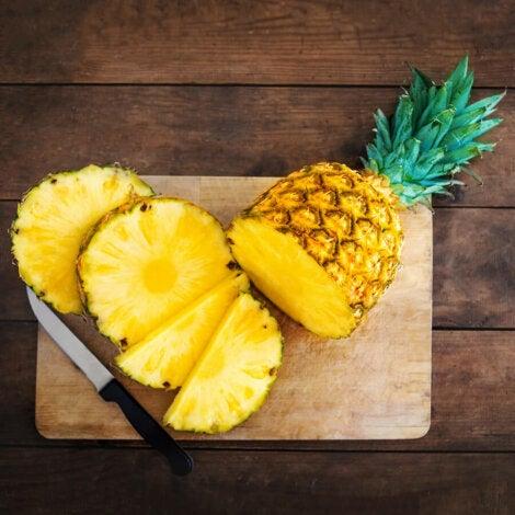 La piña es una fruta con un alto contenido de agua.