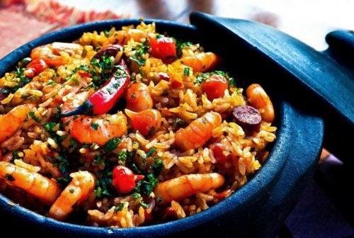 Plato de arroz chino con camarones.