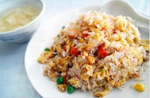 Plato de arroz chino con pollo y miel