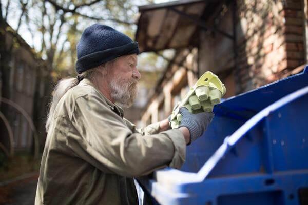 Pobre rebuscando en la basura