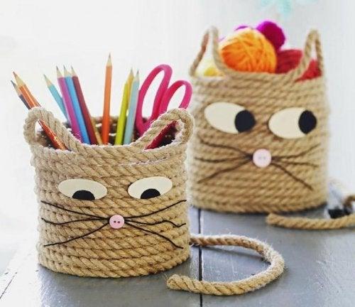 Portalápices hechos con cuerda.