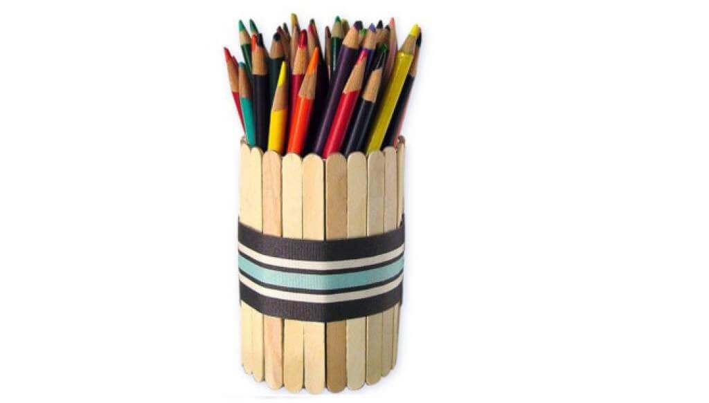 Portalápices hechos con palos de paleta.