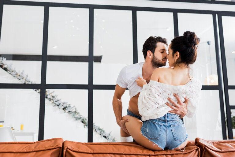 5 posturas sexuales para hacer el amor en el sofá