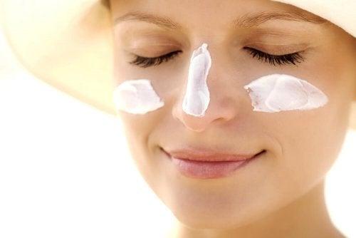 El uso del protector solar en el rostro