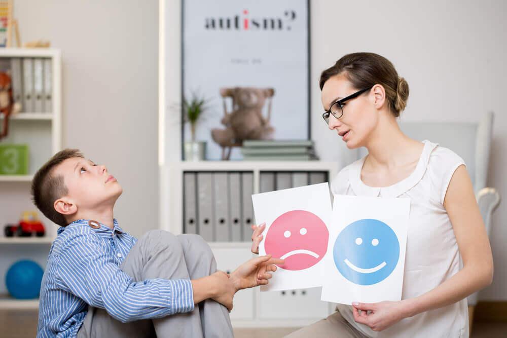 Psicóloga evaluando a niño con síndrome de Asperger.