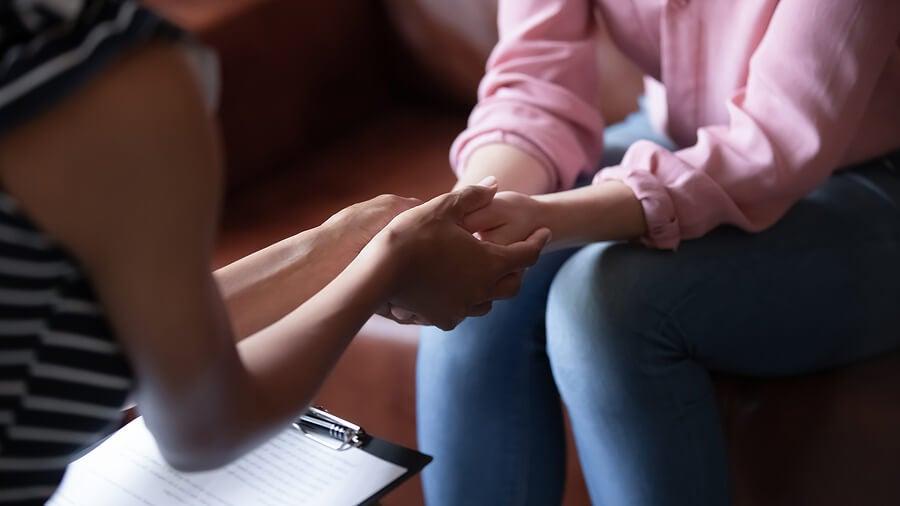 Psicólogo brindando apoyo a un paciente en terapia.