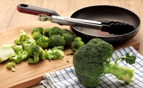 Sartén y brócoli listo para cocinar.