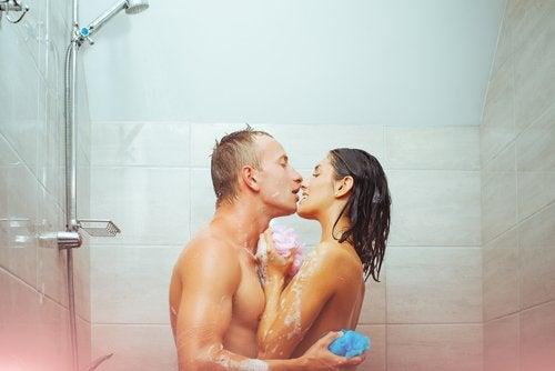 Cinco beneficios de ducharse con la pareja