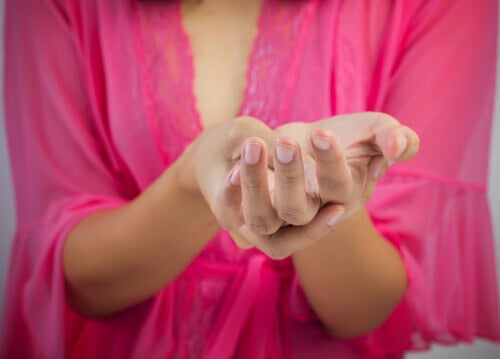 Mujer sujetándose la mano.