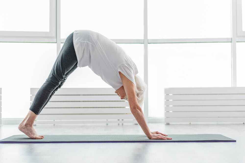 Yoga para principiantes: postura del perro mirando hacia abajo