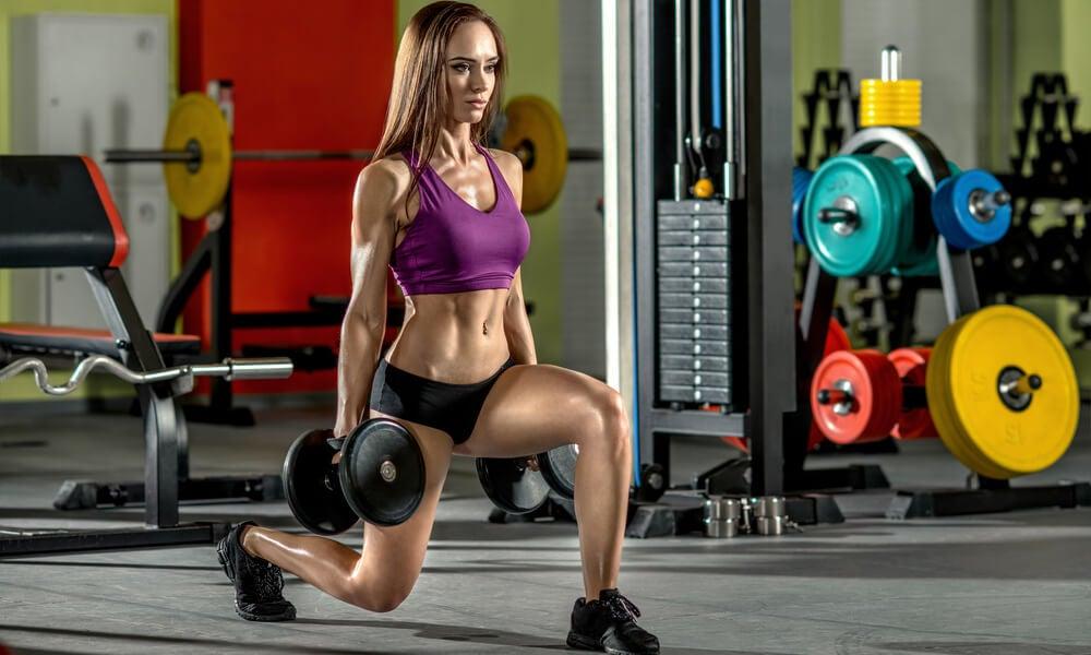 Zancada para fortalecer los músculos de la cola