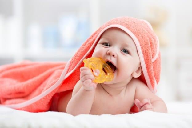 Bebê com estimulador de gengiva