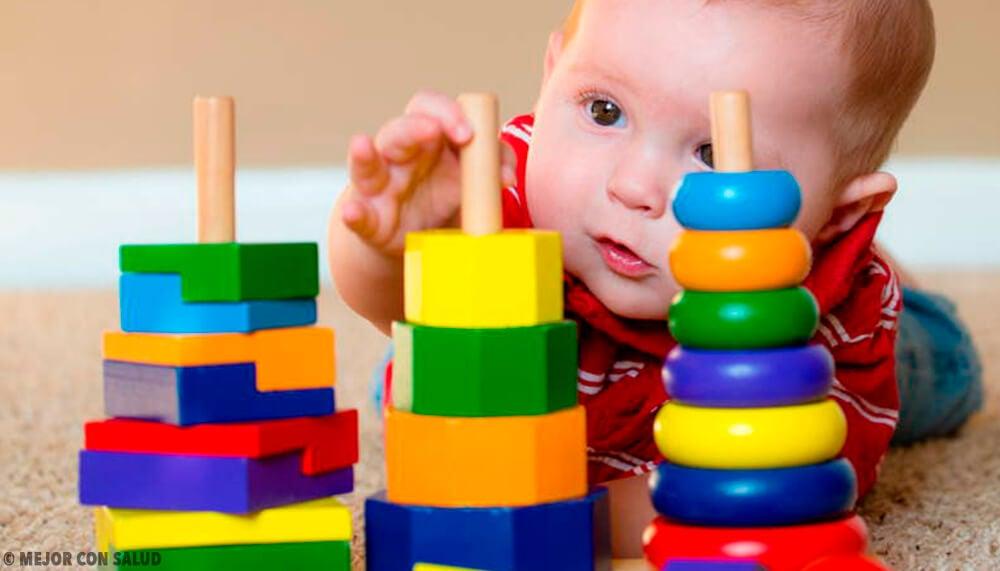¿De qué materiales deben ser los juguetes de bebé?