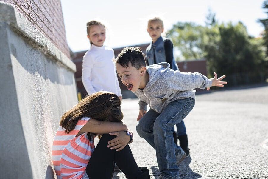 Acoso escolar entre niños.