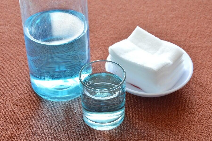 Agua oxigenada para quitar pegamento de la ropa.
