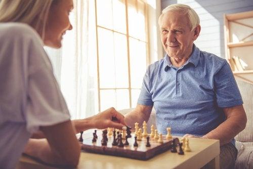 Anciano jugando al ajedrez