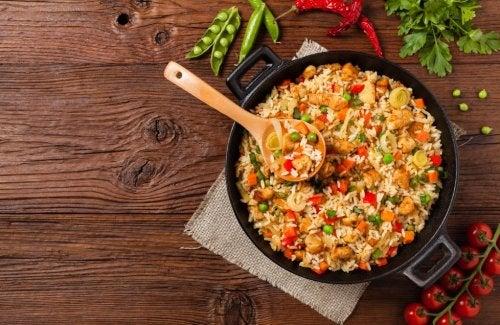 Delicioso arroz con pollo y verduras