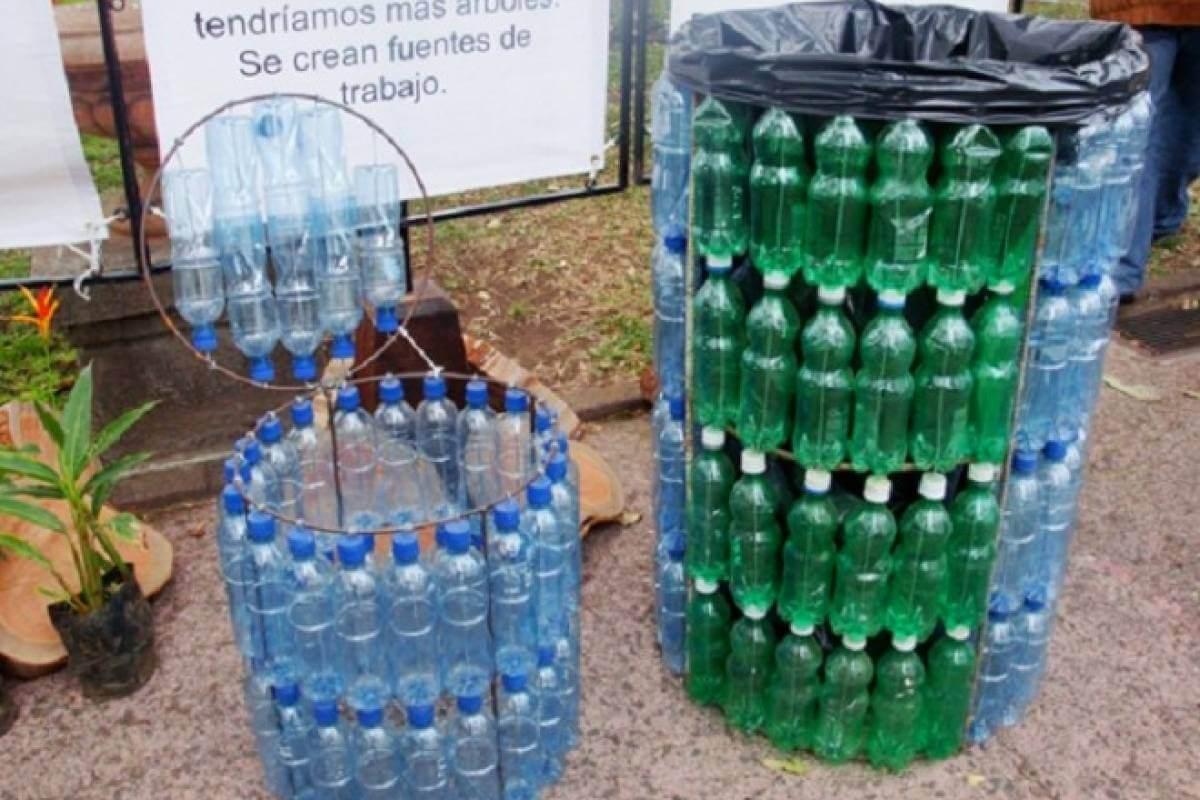 Las botellas de plástico pueden servir como contenedores de basura reciclados.