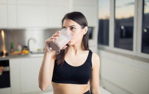 Mujer bebiendo un batido