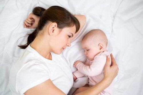 Bebé con su madre tumbados