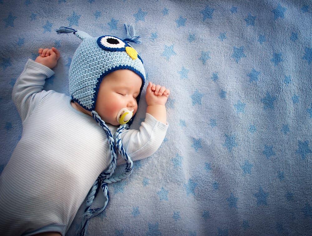 Bebé dormido con gorro de búho.