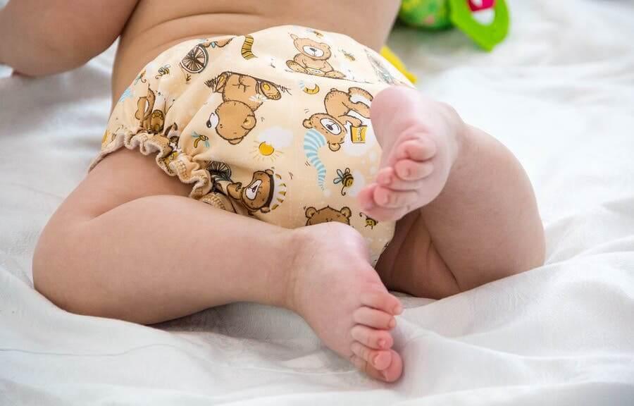 Bebé con pañal desechable.