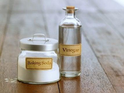 Botes con vinagre y bicarbonato