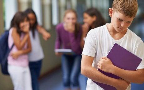 Bullying a un niño en la escuela.