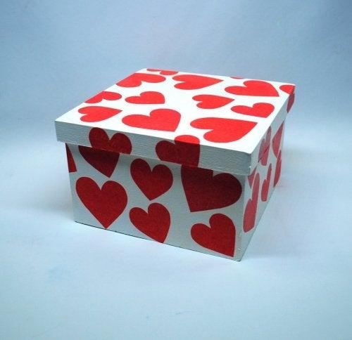 Caja decorada con corazones para guardar tus discos.