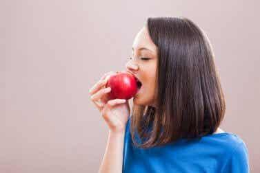 Beneficios de consumir cáscaras de manzana para adelgazar