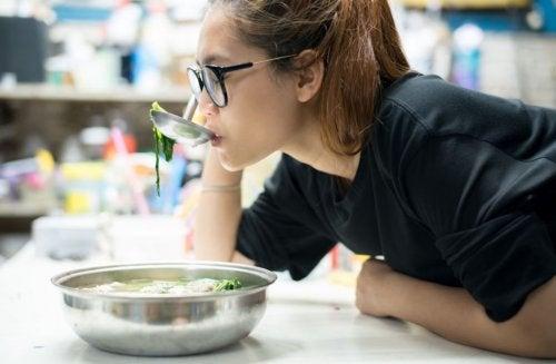 Receta de sopa de col para una dieta nutritiva
