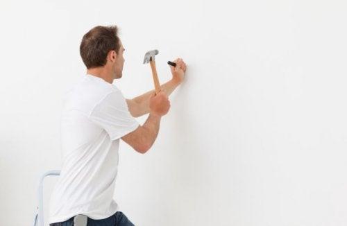 Cómo clavar una puntilla sin dañar la pared