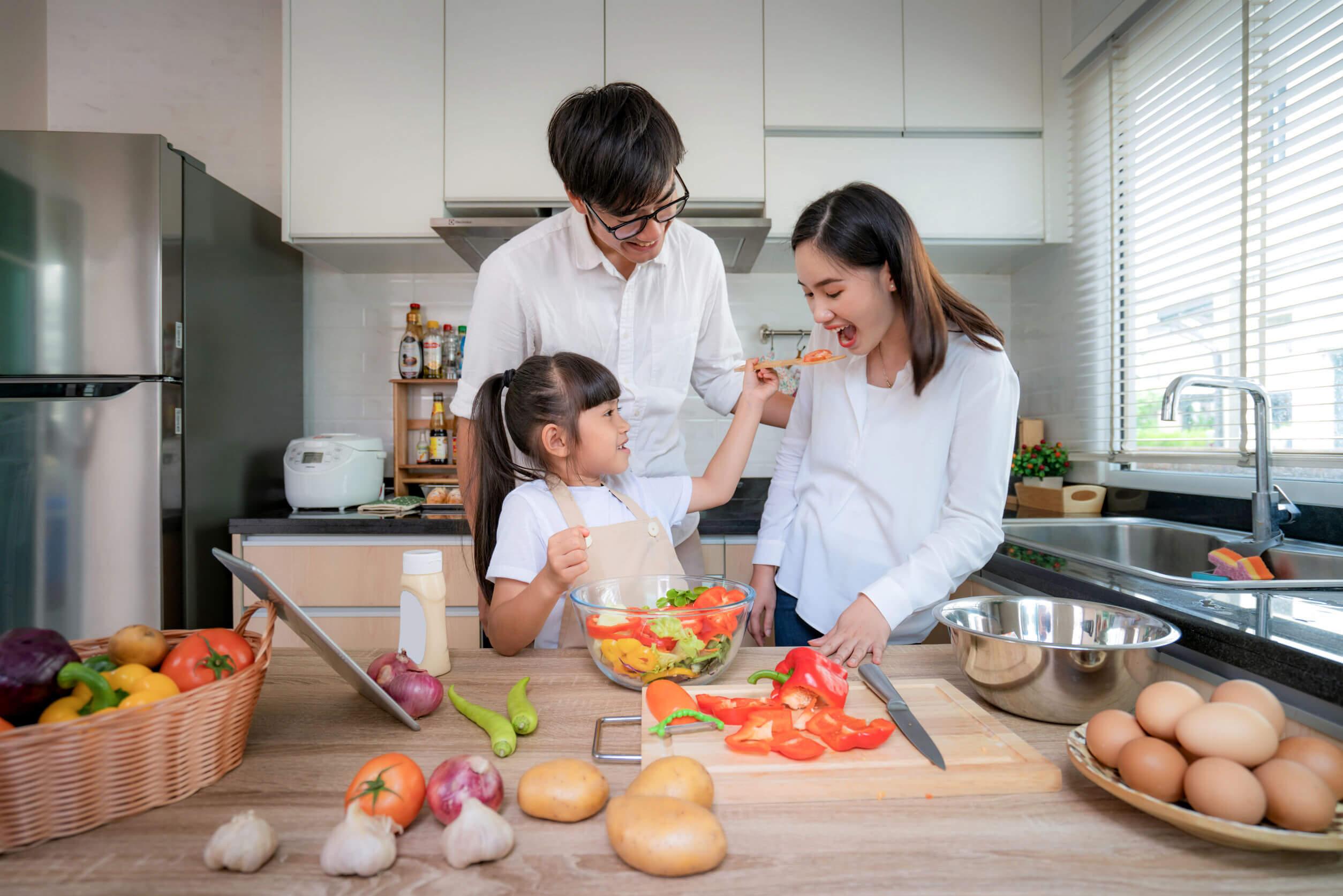 Cocinar en familia.