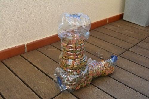 Los comederos para mascotas pueden realizarse a partir de botellas de plástico.