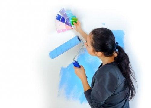 Mujer pintando una pared