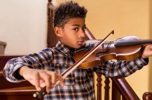Un chico toca el violín