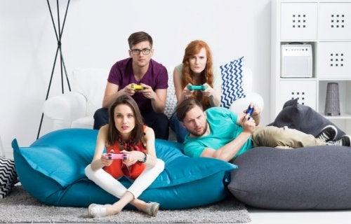 amigos jugando a videojuegos
