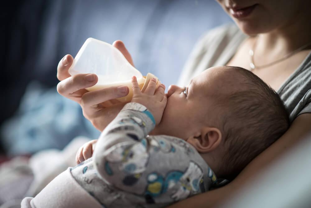Cómo responderá el bebé si le das el biberón con leche materna y de fórmula.