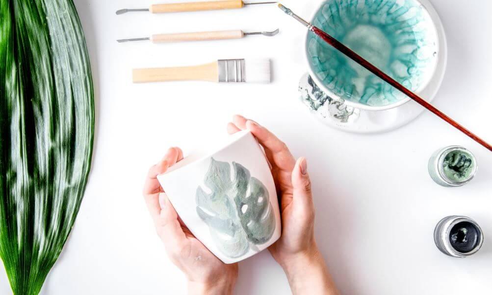 Decorar tus tazas pintando.