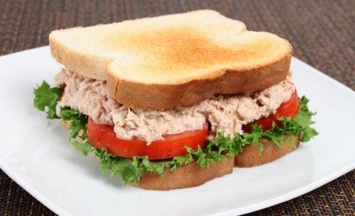 Prepara un delicioso sándwich de atún en casa