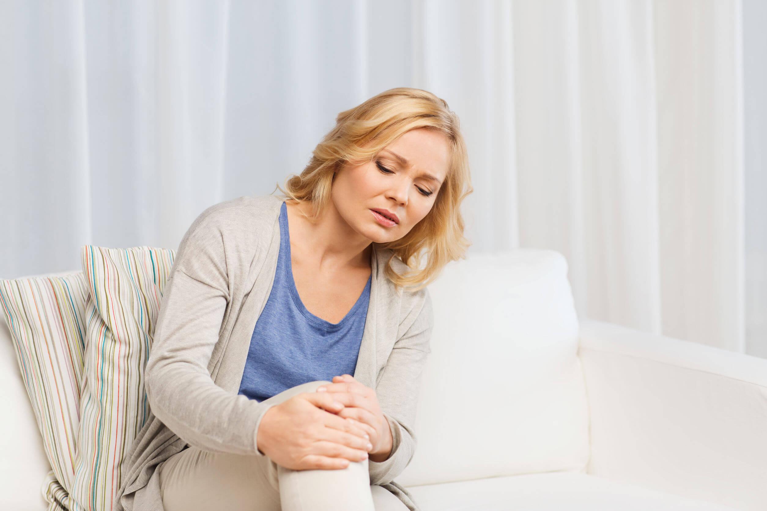 Mujer con dolor de rodilla por osteoartritis.