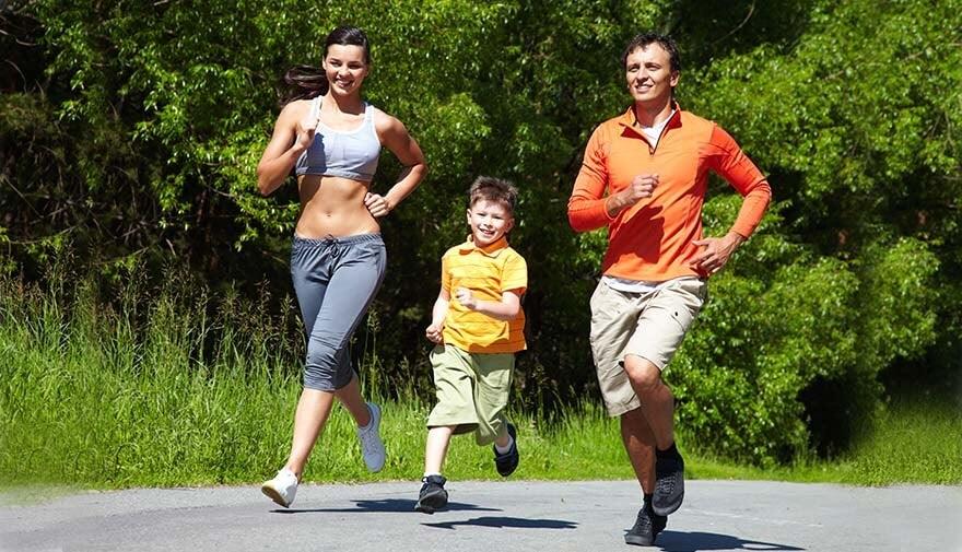 Familia realizando actividad fisica