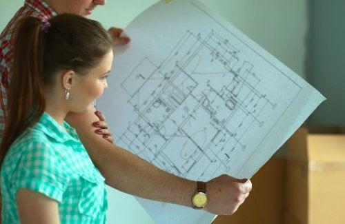 Elegir los planos de una casa.