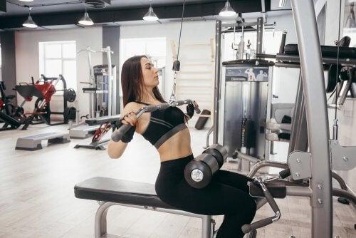 Mulher trabalhando os músculos para acelerar o metabolismo