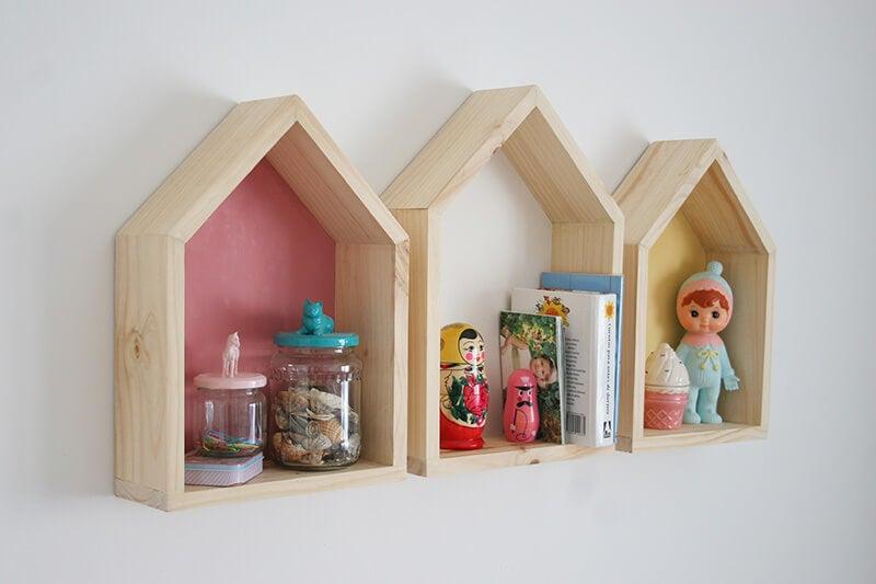Organizar los juguetes en estanterías y repisas