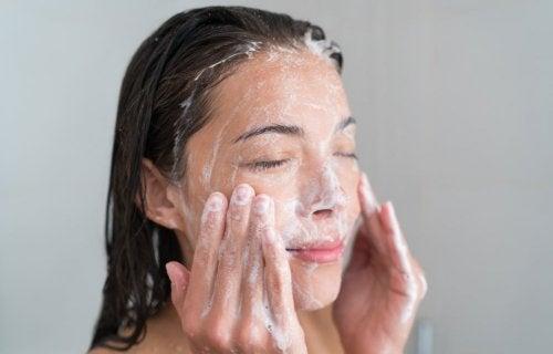 Mujer exfoliándose el rostro